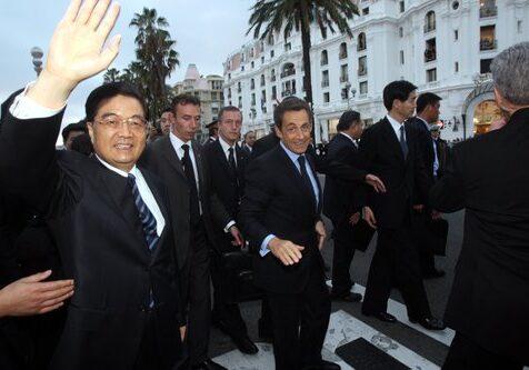 Le président chinois, Hu Jintao, est arrivé le 5 novembre à la mi-journée à Nice pour une visite d'Etat avec le president Nicolas Sarkozy et ler maire de Nice Christian Estrosi à la villa Massena.  Bain de foule du président Nicolas Sarkozy et du président chinois Hu Jintao devant le Negresco