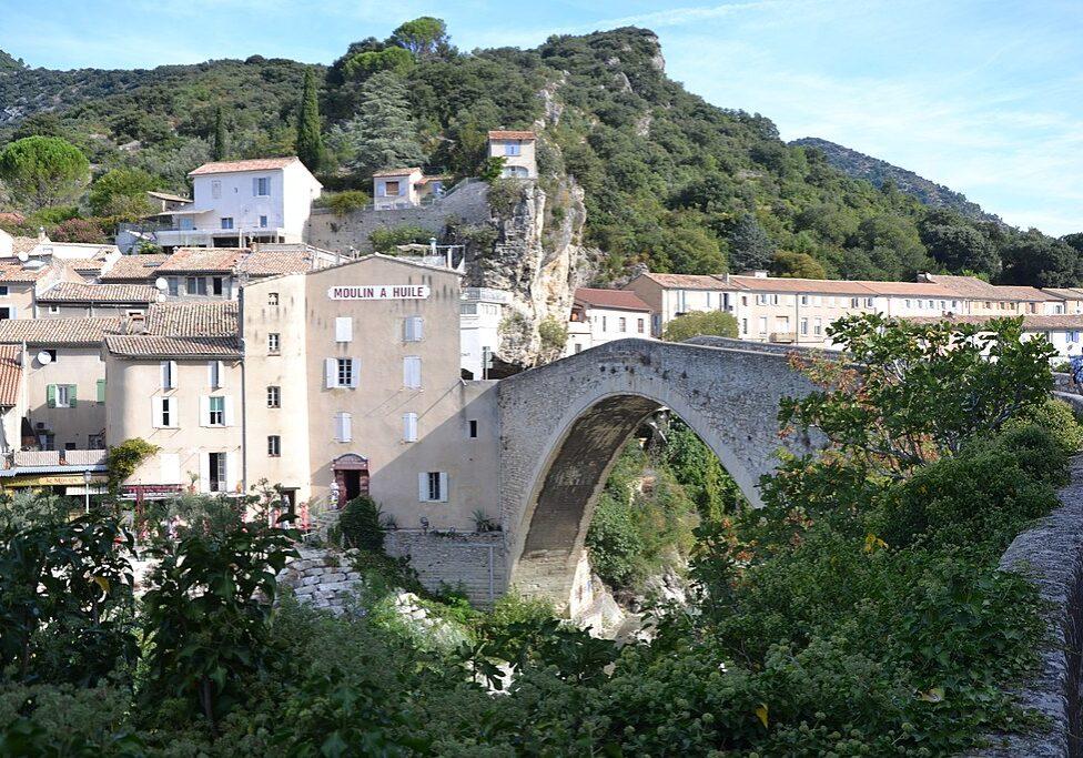 1024px-Nyons_-_Pont_sur_l'Eyrgues_&_moulin_à_huile_2