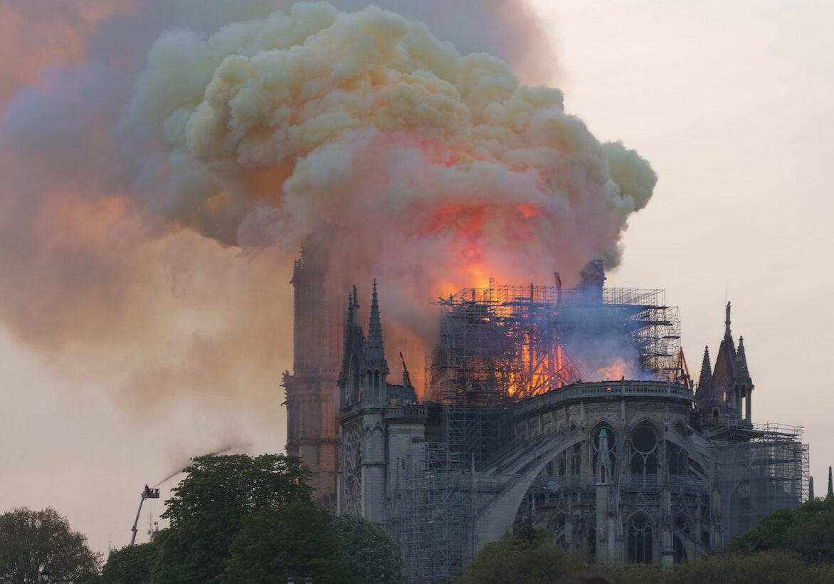 Notre-Dame_en_feu,_20h06