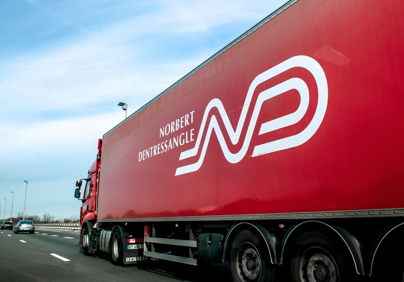 Un-camion-Nobert-Dentressangle-29-avril-2015-autoroute-A16-Coquelles-pres-Calais_0_1400_919
