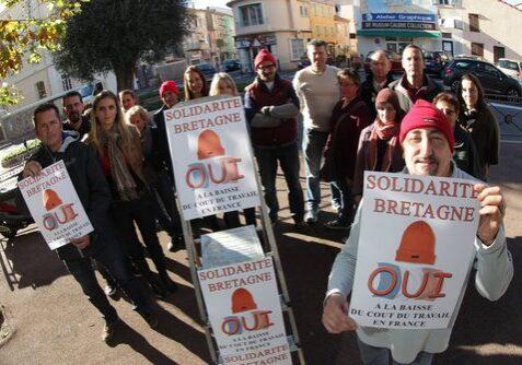 commercants de saint raphael soutenant le mouvement des bonnets rouges de bretagne et ayant mis des affiches sur leur devanture