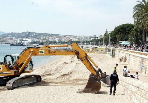 travaux de ré-ensablement des plages de la croisette pendant les vacances,alors la police dégage les touristes des plages publiques
