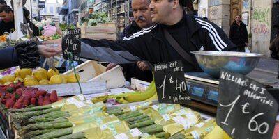 Illustration sur le marché de fruits et légumes des Capucins à Noailles