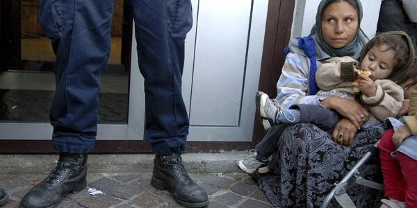 Saint Denis le  31 octobre 2007 environ 300  roms migrants, pour la plupart originaires de Roumanie,  manifestent  contre les expulsions forcées et pour le droit au travail. Une femme, assise devant la sous préfecture, attend le retour de la délégation de roms reçue par le sous préfet.  © Eric Roset