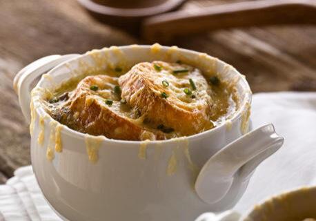 soupe-a-l-oignon-aux-champignons-sauvages-garnie-de-croutons-au-fromage-canadien_large